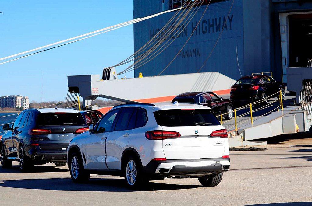 因Spartanburg工廠日產能約為1,500輛,暫時停止生產兩周的時間,最少...