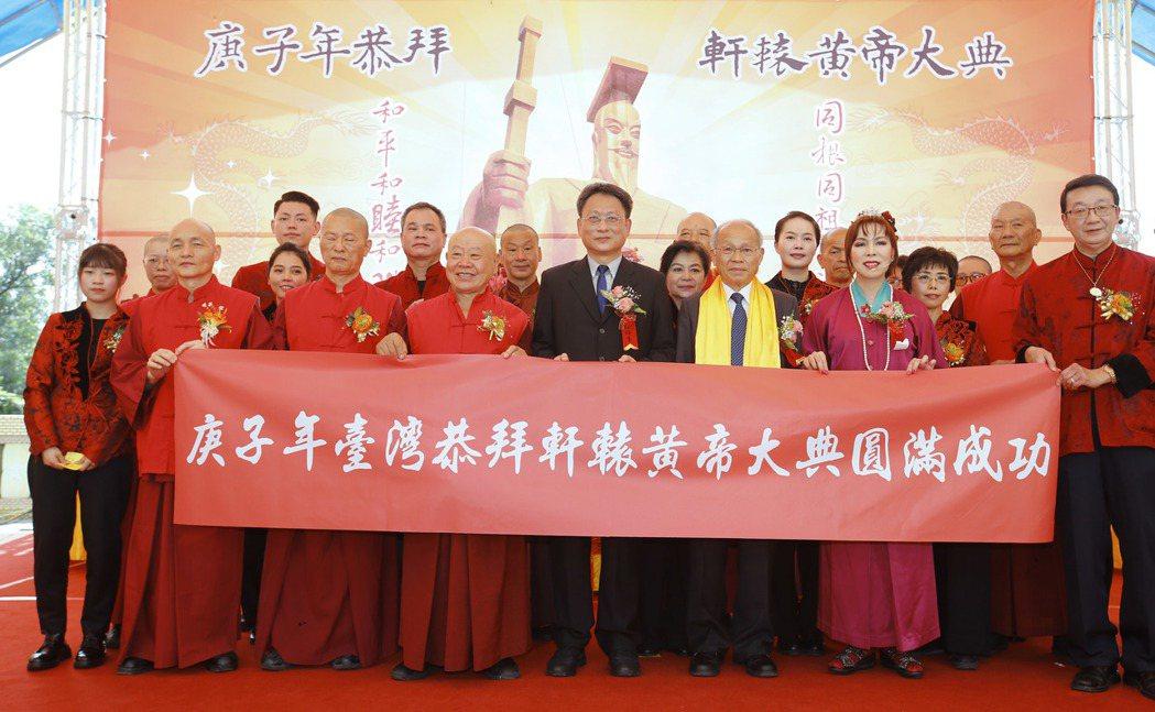 中國國民黨前副主席林政則(右四)擔任主拜官,為民眾健康共同祈福。