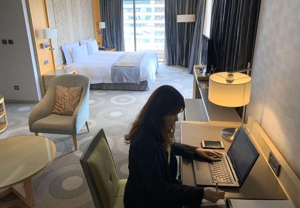 福容大飯店高雄店推出「住辦合一專案」,落實異地工作防疫,將客房變身獨立辦公室。...