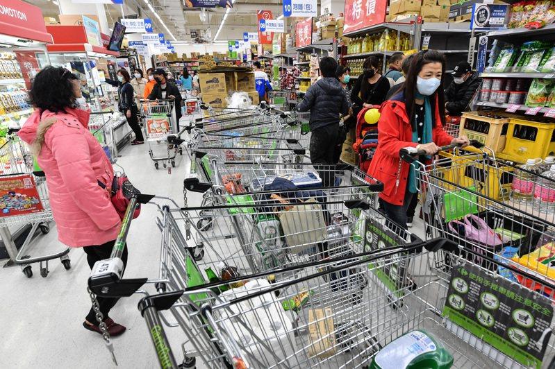 在台灣新冠肺炎確診數破百例大關後,疫情嚴峻引發民眾恐慌,掀起物資搶購潮。圖/中央社