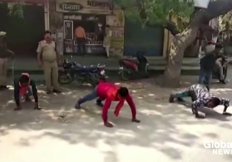 印度實施禁足令,不聽勸還上街的民眾就會被警方懲罰。 圖/翻攝自《環球新聞》
