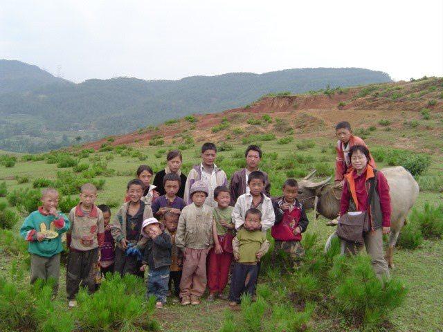 劉紹華與四川彝族放牧孩童合照。圖片劉紹華提供