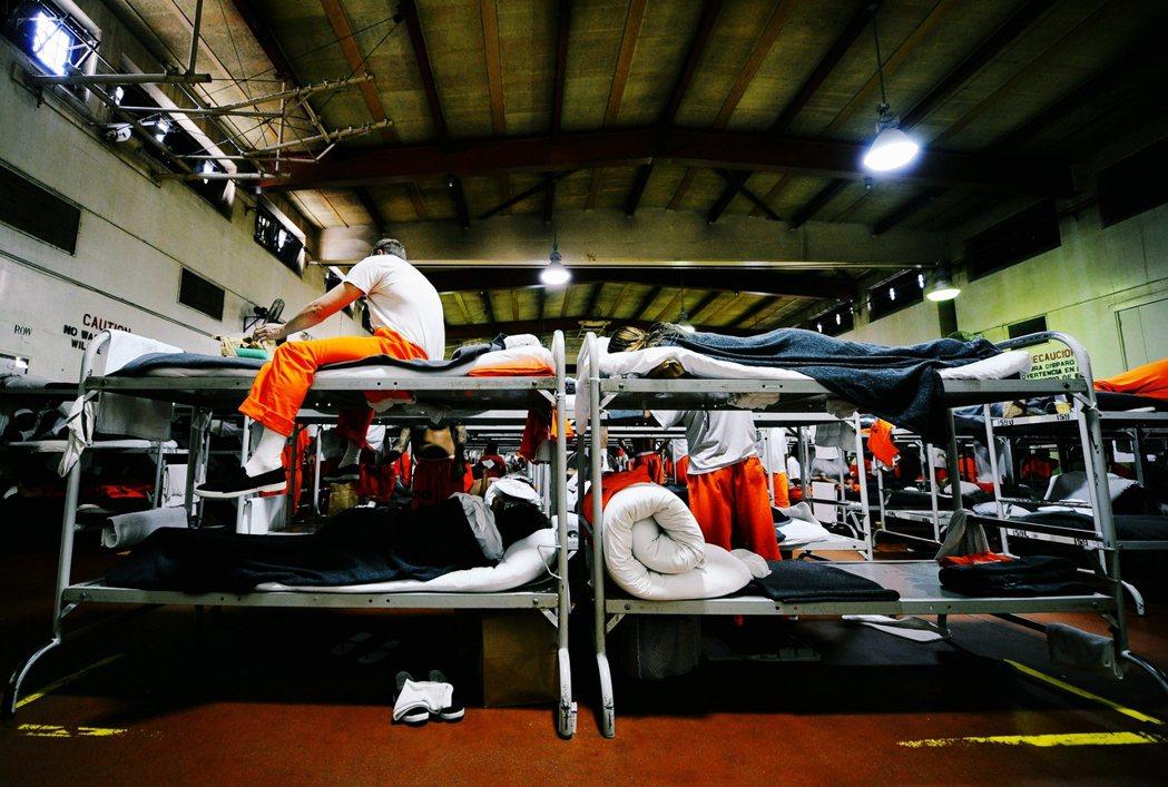 監獄是不是成為被防疫遺忘的病毒溫床?圖為加州監獄內部。 圖/法新社
