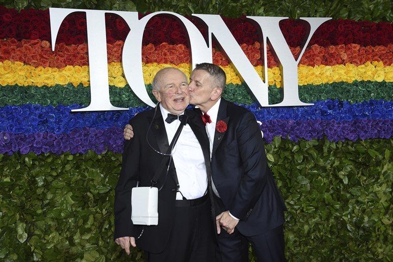 2019年獲頒東尼獎終身成就獎的知名劇作家泰倫斯麥克納利(左)辭世。 圖/美聯社
