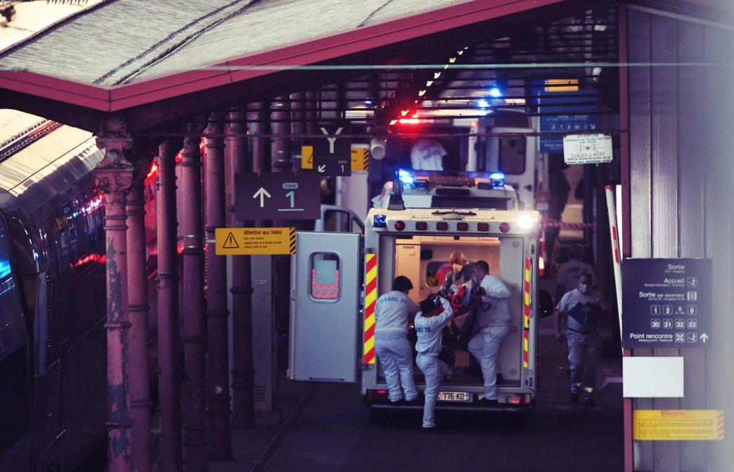 在史特拉斯堡站轉移病患。 圖/法新社