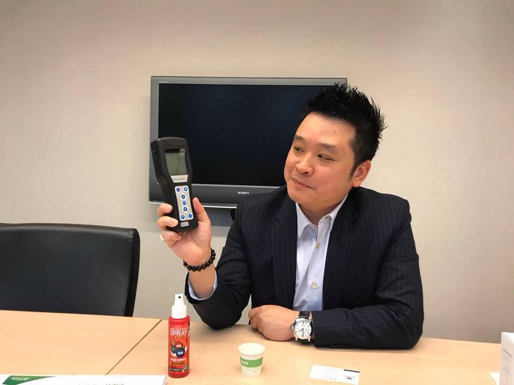 銀泰佶聯合生技公司執行長林室融實測SDC噴霧產品,展現安全有效的滅菌效果。項家麟...