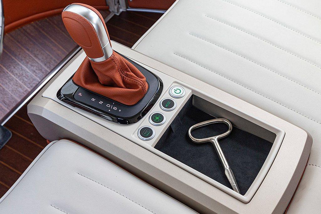 排檔座介面的修改,從原先自車底延伸而出的排檔桿,改為設計在前座中央的排檔座,並且...