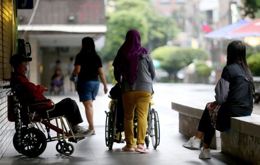 移工女性們因為性別和國族的雙重弱勢,必須在第一線承接病毒風險。 圖/聯合報系資料照