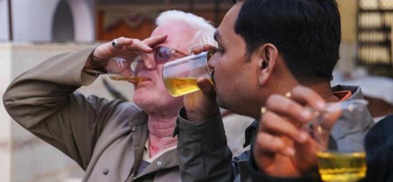 印度當地許多印度教信徒深信飲用牛尿得以預防癌症。(圓片來源:mirror.co)