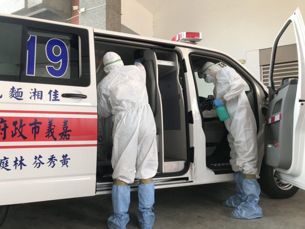 消防隊負責載送車輛內也做隔離防護,採用完一次即銷毀隔離膠膜,消防員全程穿著防護衣...