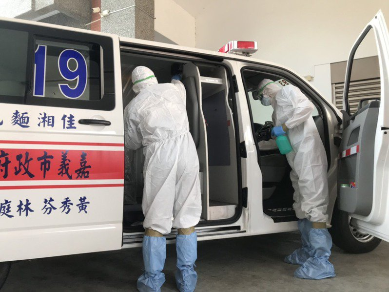 消防隊負責載送車輛內也做隔離防護,採用完一次即銷毀隔離膠膜,消防員全程穿著防護衣、戴口罩,返隊後做全面消毒。記者卜敏正/翻攝
