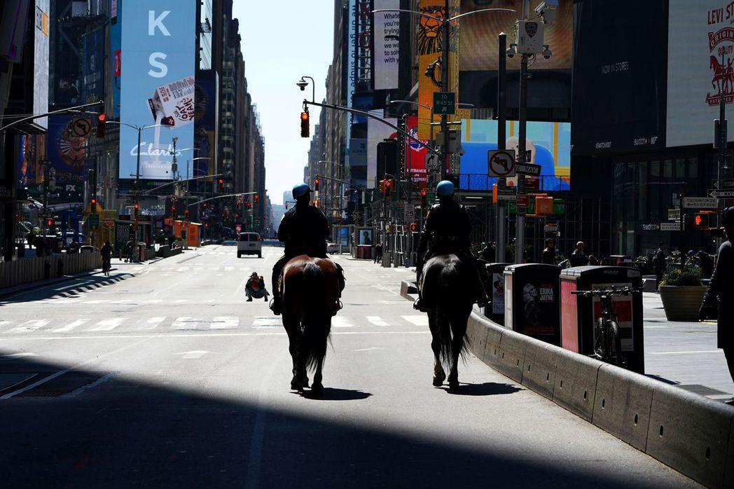 紐約騎警在曼哈頓時代廣場巡邏,路上行人明顯減少。路透