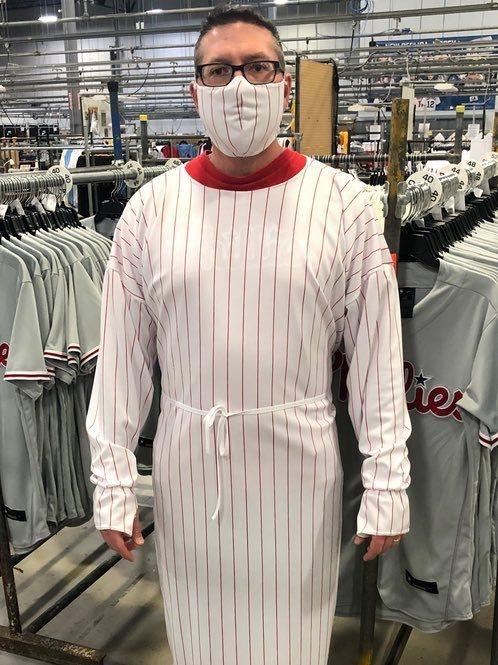 「Fanatics」停做大聯盟球衣,改製造口罩、防護衣協助對抗新冠肺炎疫情,創辦人魯賓親自穿戴示範。圖/取自Michael Rubin推特