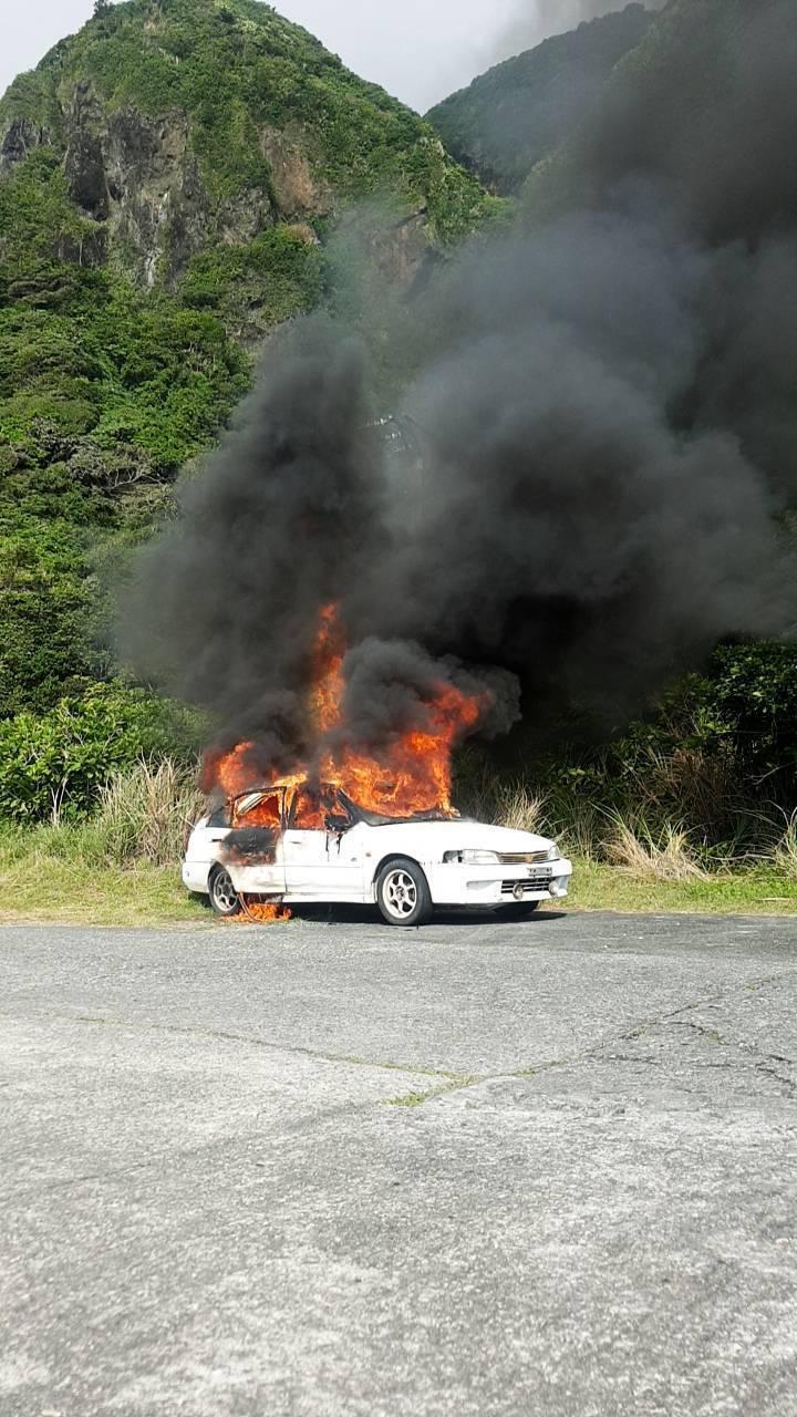台東蘭嶼環島公路東80縣道22公里處,今天早上一輛白色轎車不明原因起火燃燒。記者尤聰光/翻攝