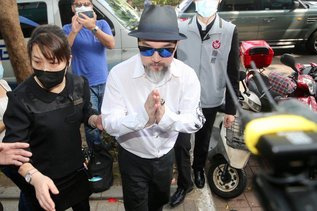 辛龍今天換了素雅白襯衫赴靈堂。記者林柏東攝影