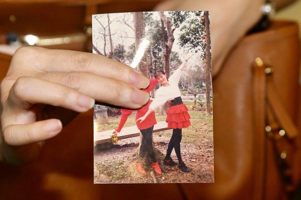 劉真的老師跟同學帶了以前的照片來。記者林柏東攝影