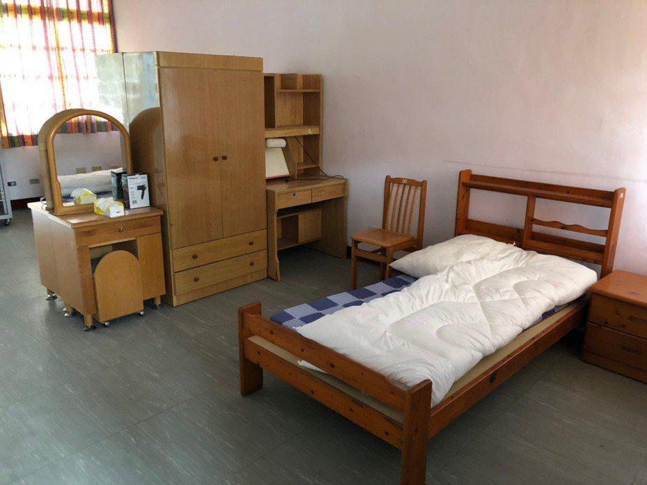 在台居家檢疫的英國情侶,抱怨住所環境像「監獄」,花蓮衛生局昨秀出實際照片後,BBC報導今天已下架。圖/衛生局提供