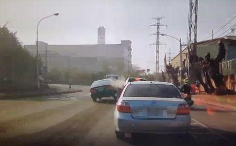 郭姓老翁的轎車(左側黑色轎車)閃拖板車後衝入車陣瞬間。記者林保光/翻攝
