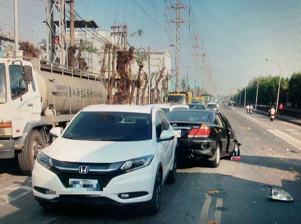 郭姓老翁開轎車(右側黑色轎車)逆向衝入車陣。記者林保光/翻攝