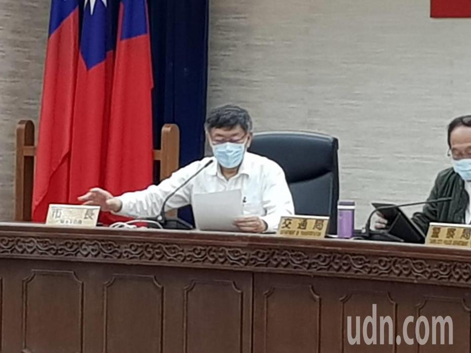 台北市長柯文哲今天早上主持交通會報,針對機車車禍近來增加不少,柯質疑跟各大外送平台外送機車有關係。記者翁浩然/攝影