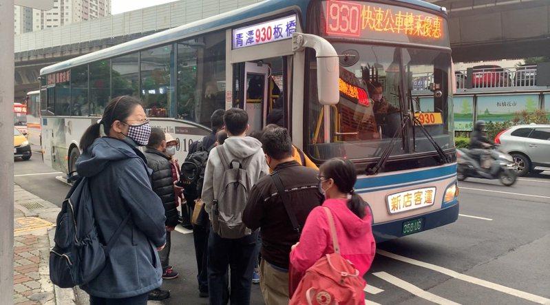 930線公車如今禁止站位,尖峰時段不少民眾上不了車。圖/市議員葉元之提供