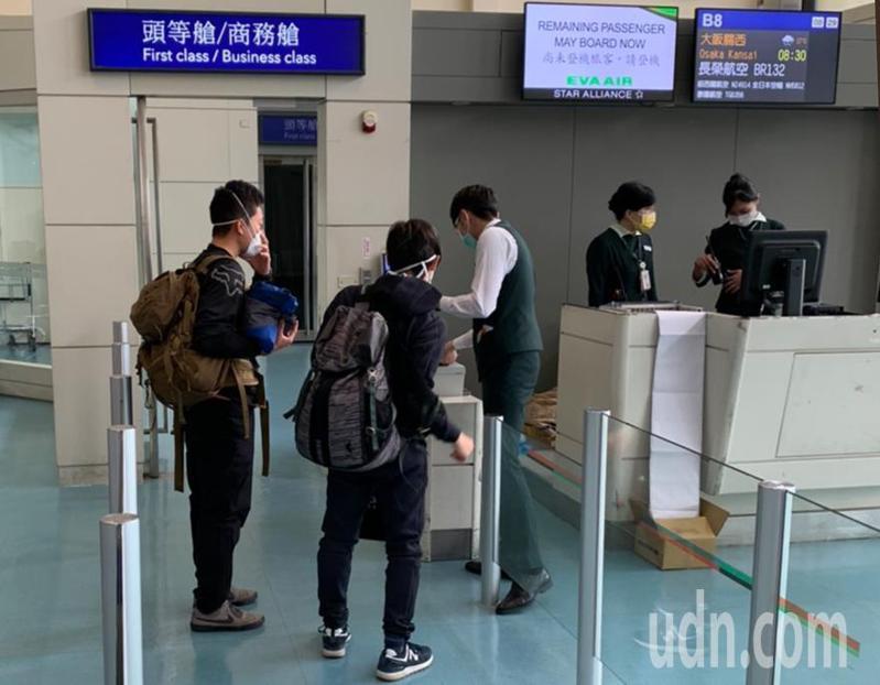 烏龍來台轉機的兩位日本旅客,上午在中央流行疫情中心的防疫考量下,由紐西蘭航空安排搭機前往日本。圖/讀者提供