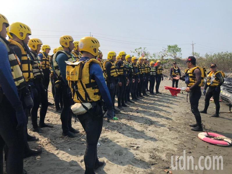 陸軍工兵訓練中心移師出海口進行舟艇訓練,提升部隊水上救援技巧,精進災害救援能量。圖/工訓中心提供