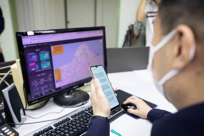 為因應新冠肺炎防疫,政府使用電子圍籬智慧監控系統,以手機訊號定位方式,避免居家隔離、檢疫者趴趴走,但近日傳出頻頻定位錯誤,讓基層人員忙翻。本報系資料照/記者游明煌翻攝