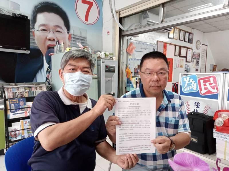 台南市民陳先生(左)向市議員蔡育輝陳情,夜間無防疫計程車恐成防疫漏洞。圖/蔡育輝提供