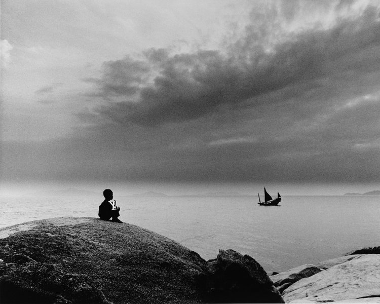 拍攝於香港的作品「小男孩與彗星」,選自Jean Larivière出版於2011...