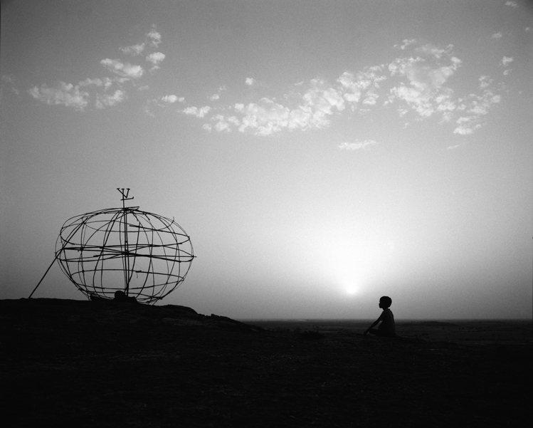 選自Jean Larivière「L'Oeuvre」攝影集中「拉賈斯坦坐著的孩童...