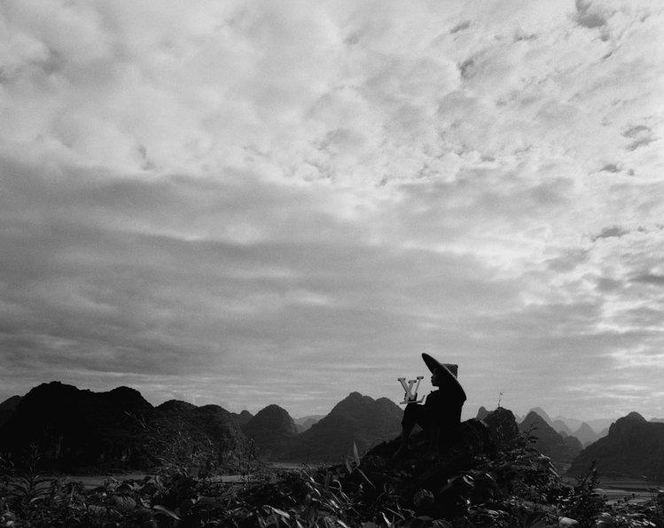 2011年的「L'Oeuvre」攝影集中,在大陸桂林等待哈雷彗星的孩子。圖/LV...