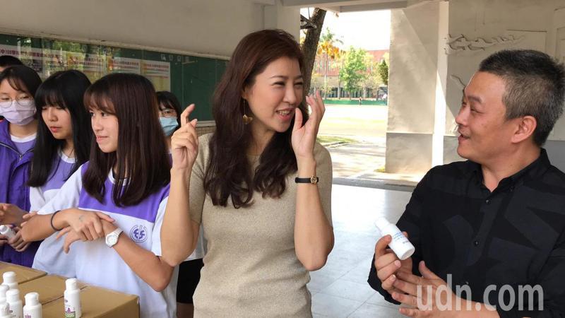 立委許淑華聯合生技公司一同前往竹山高中宣導防疫保護,大方送出1500瓶乾洗手凝膠。記者黑中亮/攝影