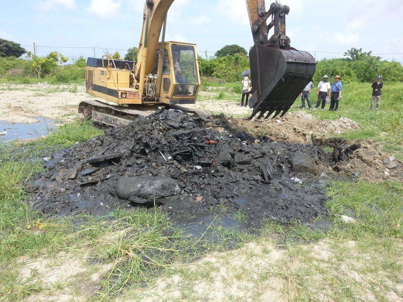 台南市安南區一處農田遭傾倒生活垃圾,因找不到行為人,地主必須清理,若不清理就要被查扣財產,強制執行。圖/台南市環保局提供