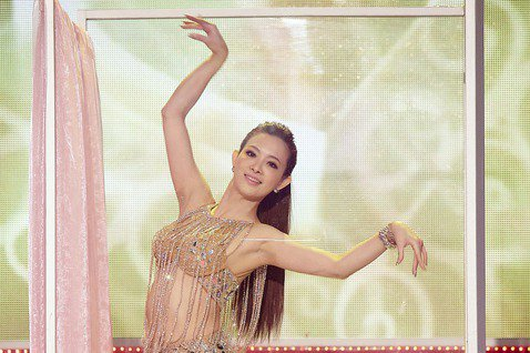 劉真愛跳舞,演藝圈舞蹈節目最具代表性的就是民視「舞力全開」,節目製播7年,她擔任固定評審超過2年,後來因為結婚有了小孩以家庭為重才退出。「舞力全開」這次為劉真製作了特別企畫「劉真老師紀念回顧」,要讓...