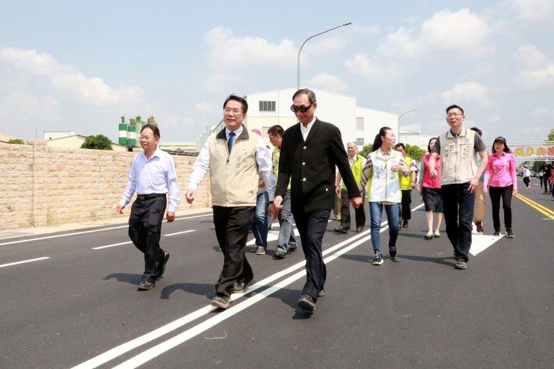 台南市山上工業區最主要幹道南140-1區道路拓寬完成,今天通車,市長黃偉哲(前排中)與地方人士共同走過寬敞大路。圖/台南市府提供