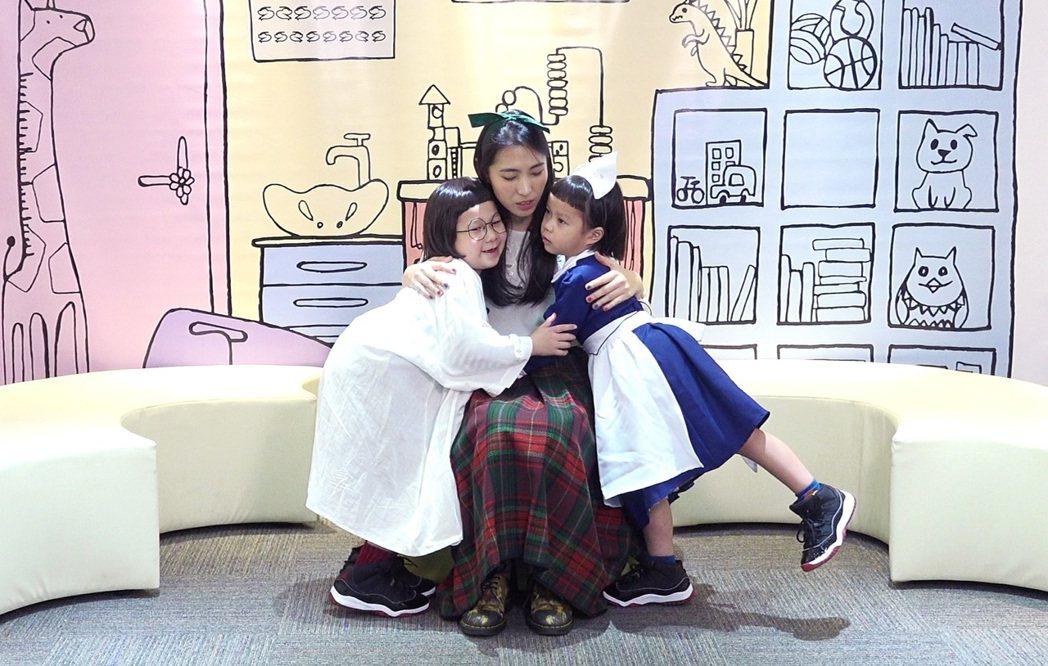 王若琳(中)求診改善「生氣」問題,卻意外引起胖球(左)和斯拉姊妹吵架,現場討抱充