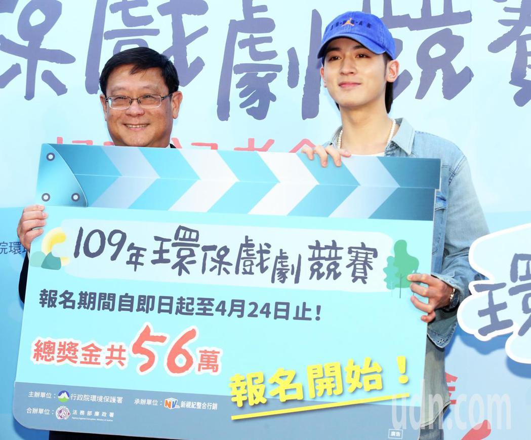 環保署長張子敬(左)與藝人吳思賢(小樂)今天出席「109年環保戲劇競賽起跑」記者...
