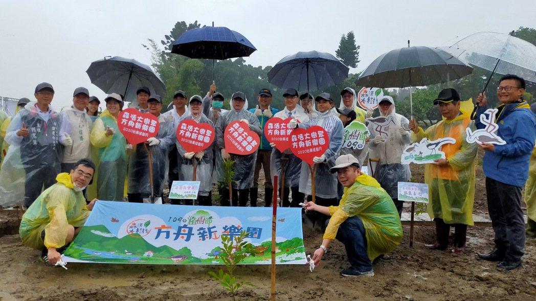 台銀人壽同仁參加植樹活動,與台南市長黃偉哲(中)合影。台銀人壽/提供
