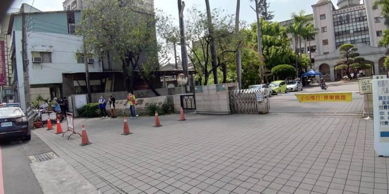 台南市國中小今天新生報到,教育局禁止補教業者發傳單,校門口淨空。記者鄭惠仁/攝影