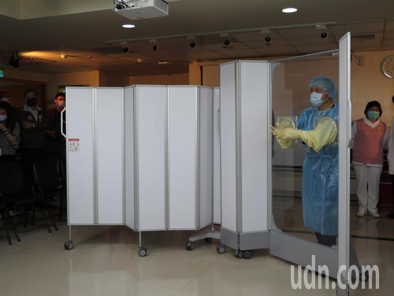 新冠肺炎疫情持續延燒,有企業今天聯合捐贈156座、總價360萬元「移動式檢查屏風」給衛福部疾管署。記者張裕珍/攝影