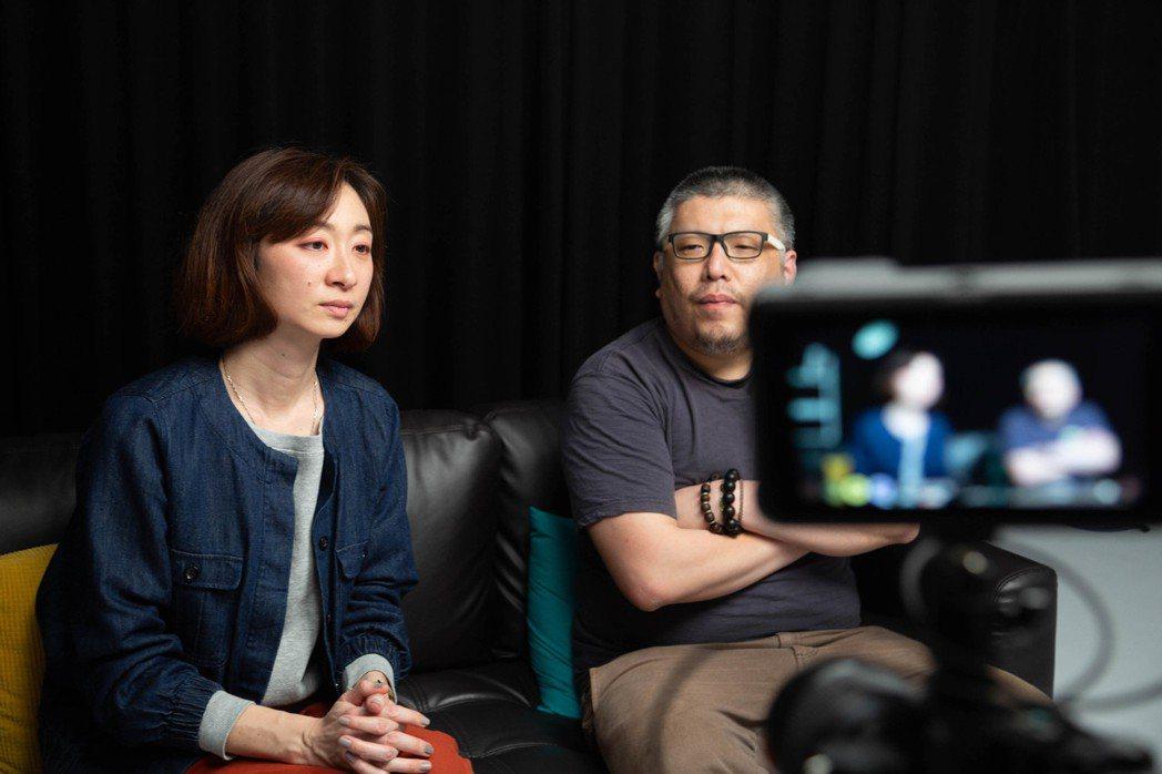 「千年一問」鄭問紀錄片導演王婉柔(左)、牽猴子整合行銷總監王師(右)訪談側拍。圖...