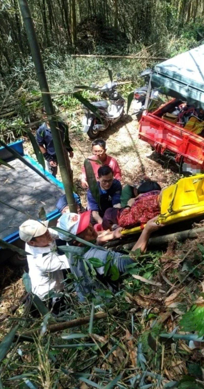 黃姓老翁小貨車摔落坡坎,消防員到場將人救起送醫。記者卜敏正/翻攝