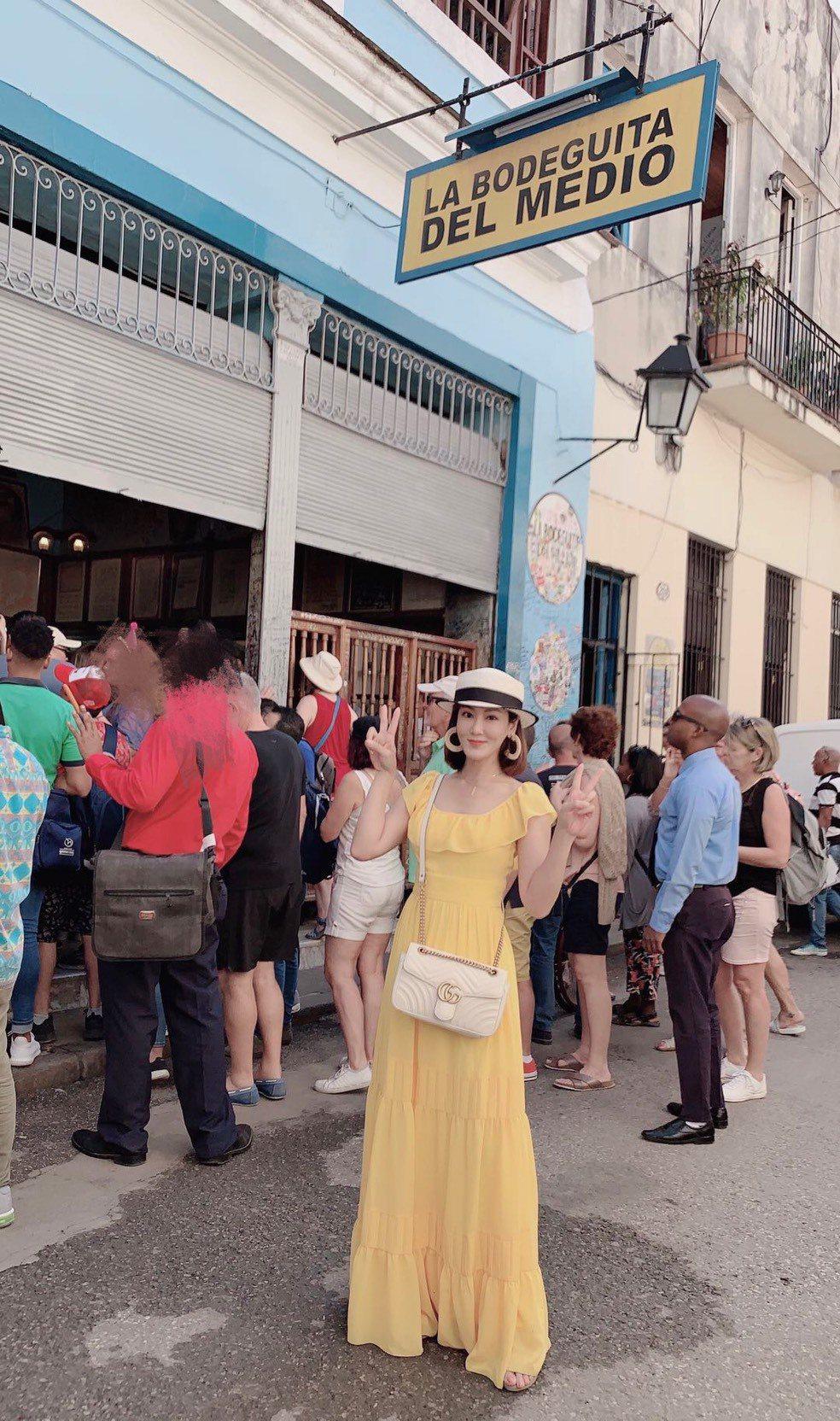 邱琦雯到海明威生前最愛去的五分錢酒館朝聖。圖/艾迪昇傳播提供