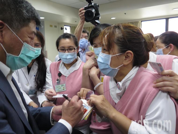 衛福部長陳時中下午到衛福部桃園醫院參加記者會就受到熱烈歡迎,護理、醫檢人員在會後...
