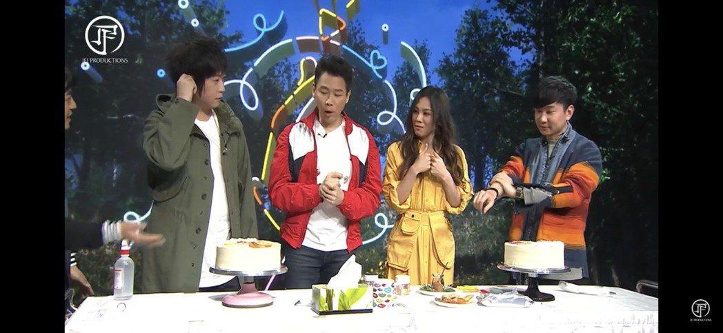 JJ(右)直播慶生,阿信(左起)、陶喆和蔡健雅合唱「Stay with you」
