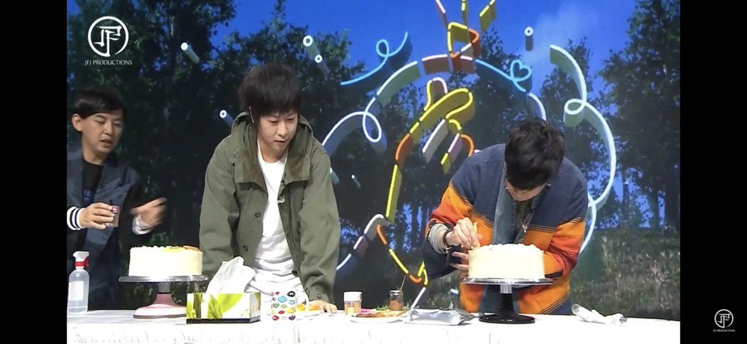 阿信與JJ幫蛋糕裝飾,互送蛋糕慶生。圖/翻攝YouTube