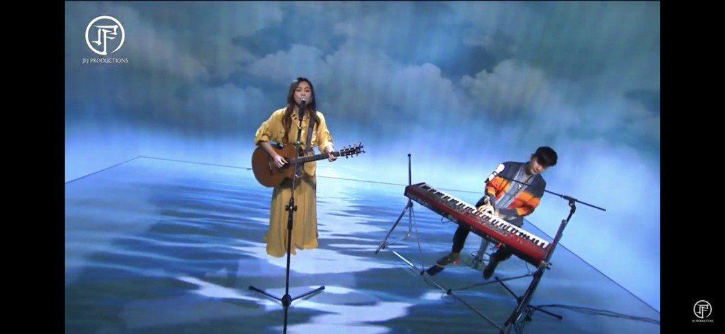 蔡健雅與JJ合唱「我要給世界最悠長的濕吻」。圖/翻攝YouTube