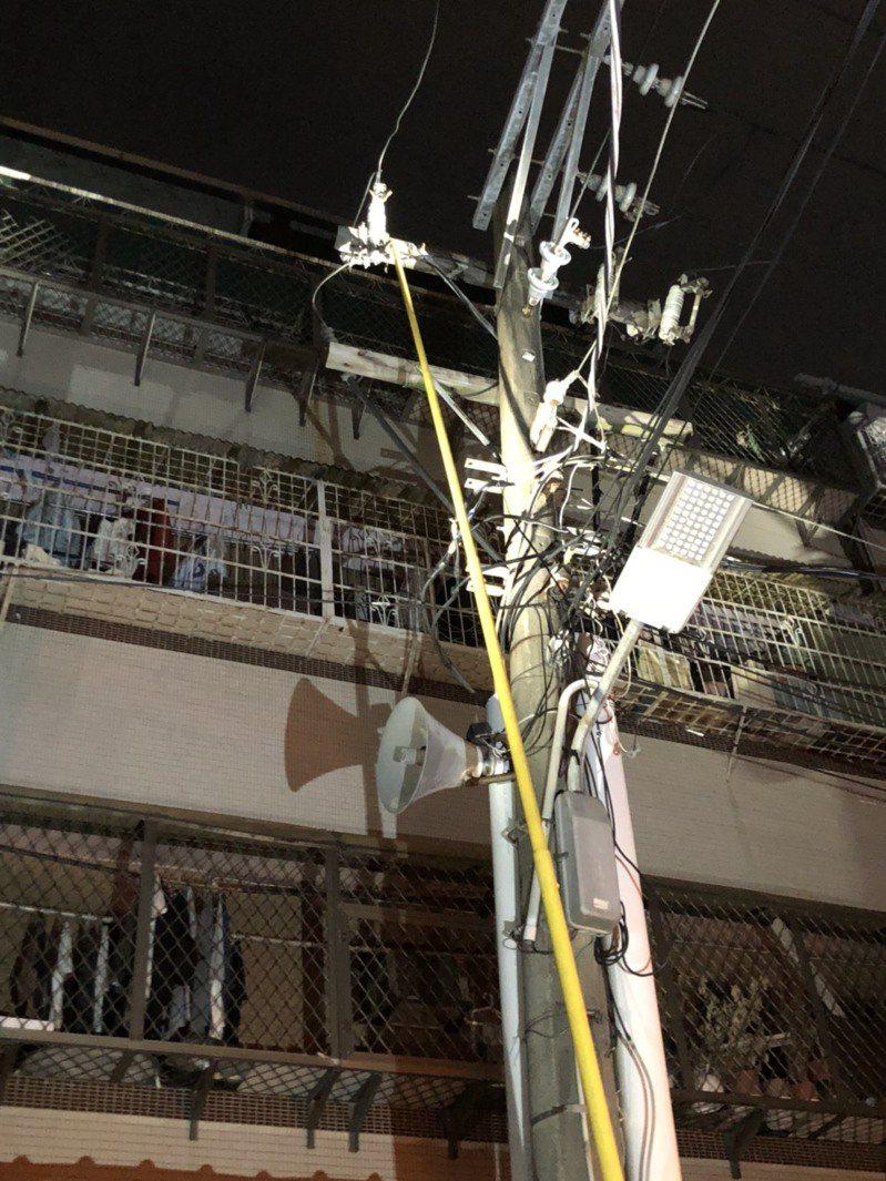 台北市士林區克強路10巷今天晚上約8點左右發出爆炸聲響,周邊住戶突然停電,疑電桿電箱短路,經民眾通報1999後,台電進場搶修。圖/蘭興里長林文龍提供