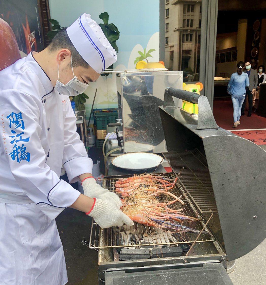 阿秋不惜血本,每天限量供應新鮮活蝦,就在消費者面前燒烤調理,炭火直烤、生猛上桌。...